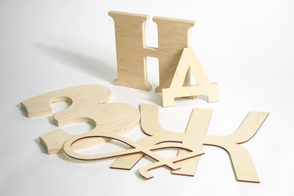 Неокрашенные буквы из дерева
